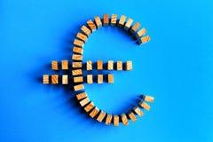 Euro simbolo delle particelle elementari isolato su un azzurro Fotografia Stock