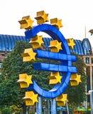 Euro simbolo a Francoforte di notte Fotografie Stock Libere da Diritti