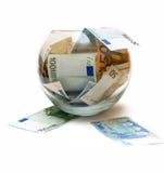 Euro soldi di concetto in vetro sopra bianco Fotografia Stock