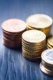 Euro soldi Le monete sono su un fondo scuro Valuta di Europa Equilibrio di soldi Costruzione dalle monete Monete di differente Immagine Stock Libera da Diritti