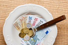 Euro soldi sul tavolo da cucina, costa di vivere Fotografia Stock
