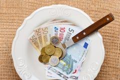 Euro soldi sul tavolo da cucina, costa di vivere Immagini Stock Libere da Diritti