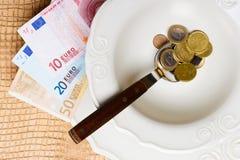 Euro soldi sul tavolo da cucina, costa di vivere Fotografia Stock Libera da Diritti