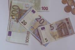 Euro soldi sulla tavola bianca Fotografie Stock