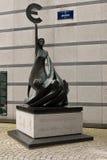 Euro statua fuori del Parlamento Europeo Fotografie Stock Libere da Diritti