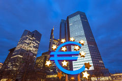 Euro symbol iluminujący przy nocą, Frankfurt Zdjęcie Stock