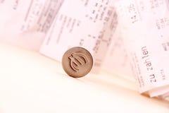 Euro symbol staczający się puszków rachunki w tle Zdjęcia Royalty Free