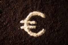 Euro symbole de logotype écrit sur la terre brune Photos libres de droits