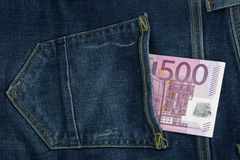 Euro in tasca dei jeans Fattura cinquecento banconota 500 Fotografie Stock