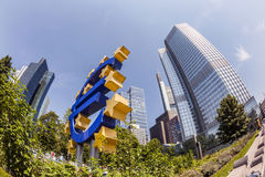 Euro teken bij Europese Centrale Bankhoofdkwartier in Frankfurt-am-Main Royalty-vrije Stock Fotografie