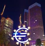 Euro teken buiten de Europese Centrale Bank Stock Afbeelding