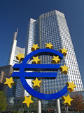 Euro Teken buiten Europese Centrale Bank Stock Afbeelding