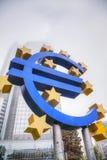 Euro teken voor het Europese Centrale Bankgebouw stock fotografie