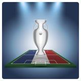 Euro trofeo sulla bandiera, riflettori luminosi Fotografia Stock