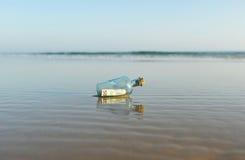 euro 50 in una bottiglia sulla spiaggia Fotografie Stock Libere da Diritti