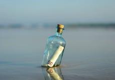 euro 50 in una bottiglia sulla spiaggia Fotografia Stock Libera da Diritti