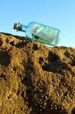euro 100 in una bottiglia sulla spiaggia Fotografia Stock Libera da Diritti