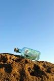 euro 100 in una bottiglia sulle rocce Immagine Stock