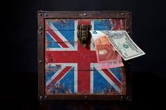 Euro- und amerikanischer Dollar auf britischer Flagge lizenzfreies stockfoto