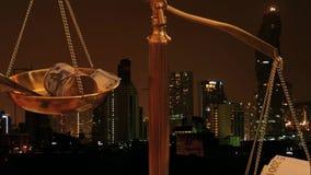 Euro und Dollar auf Zeitraffer der Skala mit Nachtgeschäfts-Stadthintergrund stock footage