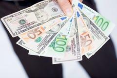 Euro und Dollar in der Hand stockfotos