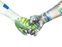 Euro- und Dollarhändchenhalten im Himmelhintergrund Stockfotografie