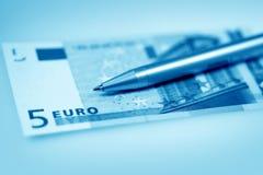 Euro und Feder Stockfotografie