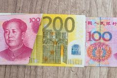 200 Euro- und 100 yaun Rechnungen Lizenzfreies Stockfoto