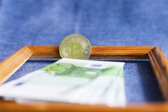 Euro valuta e bitcoin fotografie stock