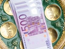 euro valuta e testo ebraico, concetto israeliano della medicina fotografia stock