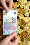 Euro venti a disposizione e monete di oro Fotografia Stock Libera da Diritti