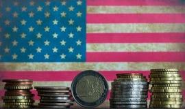 Euro y americano acuña el fondo de la bandera americana Imagen de archivo