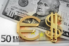 Euro y dólares y muestra de oro Imagenes de archivo