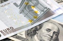 Euro y dólares de billetes de banco Imágenes de archivo libres de regalías