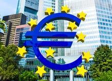 Euro znak przed europejskim bankiem centralnym w Frankfurt, Niemcy Zdjęcie Royalty Free