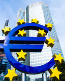 Euro znak przed europejskim bankiem centralnym w Frankfurt, Niemcy Obraz Stock