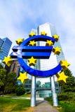 Euro znak przed europejskim bankiem centralnym w Frankfurt, Niemcy Zdjęcie Stock