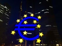 Euro znak przy europejski bank centralny kwaterami głównymi w Frankfurt Obrazy Royalty Free