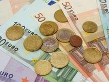 Euroanmärkningar och mynt Arkivbild