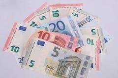 Euroanmärkningar på en vanlig vit bakgrund Arkivfoto