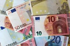 Euroanmärkningar som bildar bakgrund Arkivfoton
