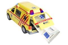 Euroanmerkung, die durch einen Krankenwagen lokalisiert auf Weiß transportiert wird Lizenzfreies Stockfoto