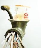 Euroanmerkung in einem Fleischwolf Lizenzfreies Stockfoto