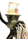 Euroanmerkung in einem Fleischwolf Stockfoto