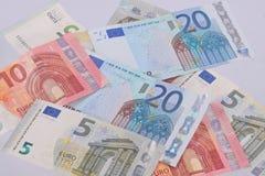 Euroanmerkungen über einen einfachen weißen Hintergrund Stockfotografie