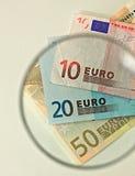 Euroanmerkungen durch ein Vergrößerungsobjektiv Lizenzfreie Stockbilder