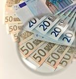 Euroanmerkungen durch ein Vergrößerungsobjektiv Stockfotos