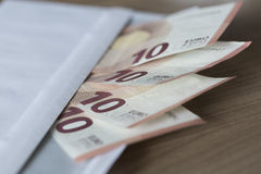 Euroanmerkungen in einem Umschlag Lizenzfreies Stockbild