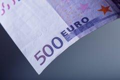 Euroanmerkungen mit Reflexion EURO 500 Fünfhundert Eurobanknoten sind angrenzend symbolisches Foto für Reichtum Lizenzfreie Stockfotos
