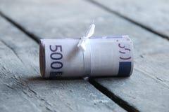 Euroanmerkungen mit Reflexion Fünf, 10 und fünfzig Eurobanknoten Fokus auf Seil Lizenzfreie Stockfotos